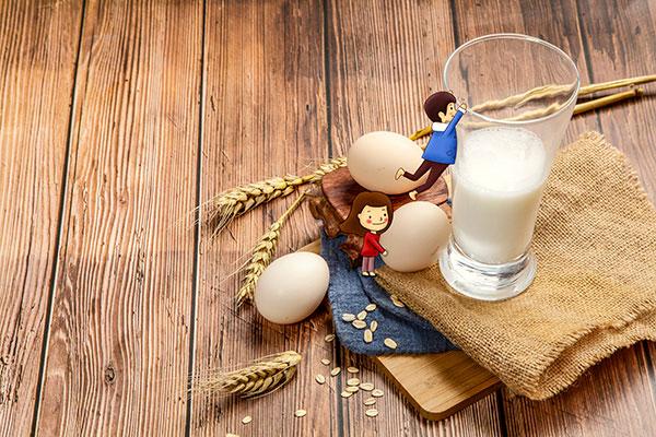 睡觉前喝牛奶好吗 什么时间喝牛奶最好