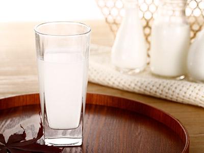 睡前喝牛奶的好處和壞處