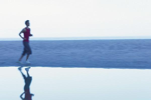 摄图网_501488886_在运动跑步的男孩(企业商用).jpg